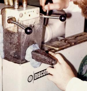 Prélèvement d'un échantillon par tronçonneuse métallographique